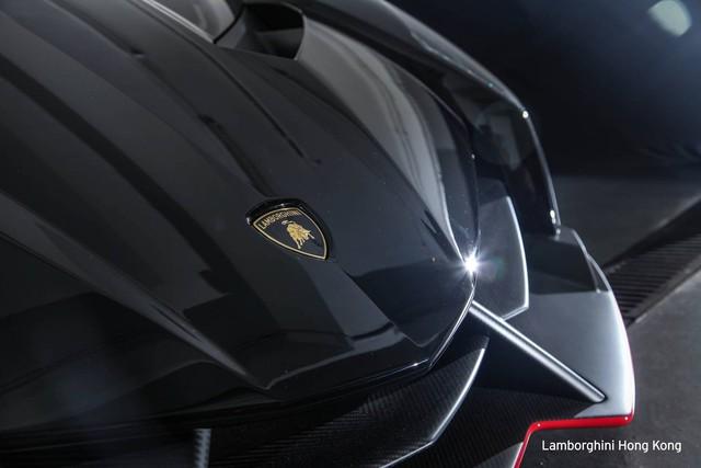 Như đã biết, hãng Lamborghini chỉ sản xuất đúng 3 chiếc siêu xe Lamborghini Veneno Coupe. 6 chiếc còn lại mang kiểu dáng mui trần.
