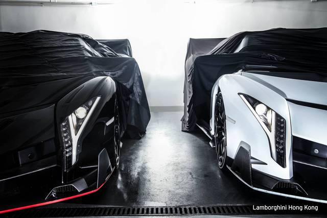 Hai chiếc siêu xe Lamborghini Veneno Roadster mới đến Hồng Kông được sơn màu đen và trắng đối lập nhau. Trong đó, chiếc màu đen còn đi kèm điểm nhấn màu đỏ trên cánh gió trước.
