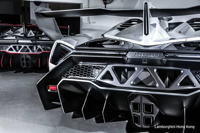Nặng và tăng tốc chậm hơn nhưng Lamborghini Veneno Roadster lại đắt hơn đáng kể so với phiên bản coupe. Cụ thể, giá bán của Lamborghini Veneno Roadster là 4,4 triệu USD trong khi con số tương ứng với phiên bản coupe dừng ở mức 4 triệu USD.