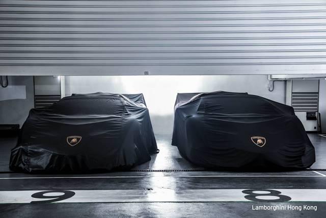 Hai trong số những chiếc siêu xe Lamborghini hiếm nhất mới đây đã được chuyển đến Hồng Kông. Được biết, cặp đôi siêu xe Lamborghini Veneno Roadster tuyệt đẹp đã đặt chân đến Hồng Kông để về nhà với chủ nhân mới.