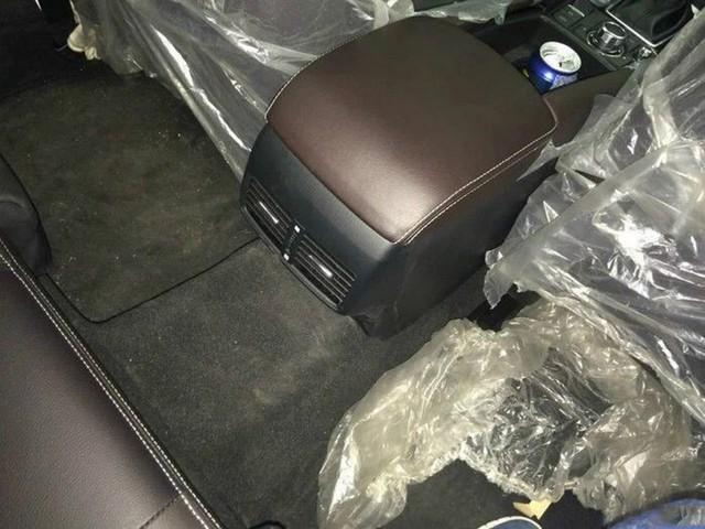 Cửa sổ trời và cửa gió điều hòa cho hàng ghế sau có vẻ như là trang thiết bị tùy chọn của Mazda CX-4.