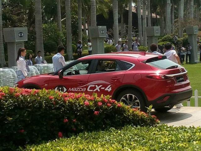 Giới truyền thông Trung Quốc cho biết, Mazda CX-4 sở hữu chiều dài tổng thể 4.633 mm, rộng 1.840 mm, cao 1.535 mm và chiều dài cơ sở 2.700 mm. Như vậy, Mazda CX-4 có chiều rộng và chiều dài cơ sở bằng CX-5 nhưng dài hơn 78 mm cũng như thấp hơn 175 mm.