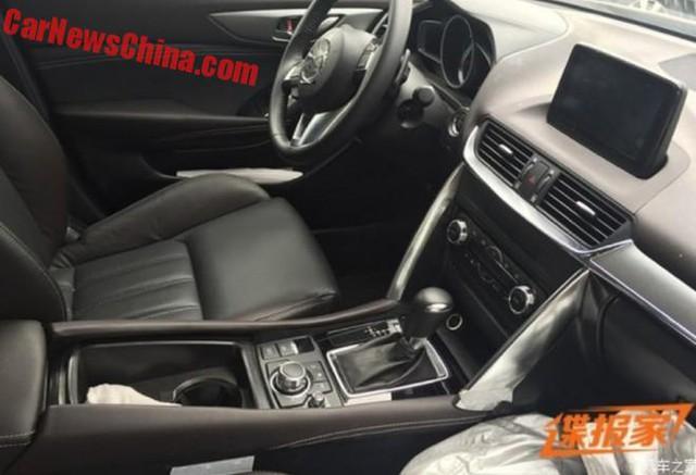 Nội thất của Mazda CX-4 trên đường thử.