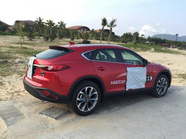 Có thể thấy, Mazda CX-4 sở hữu thiết kế như xe coupe với trần dốc về phía sau. Nhờ đó, trông Mazda CX-4 thể thao hơn khi nhìn từ bên hông.