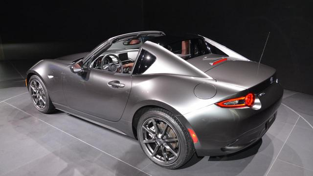 Khác với xe tiêu chuẩn, Mazda MX-5 RF được trang bị mui mở tương tự Porsche 911 Targa đắt hơn nhiều.