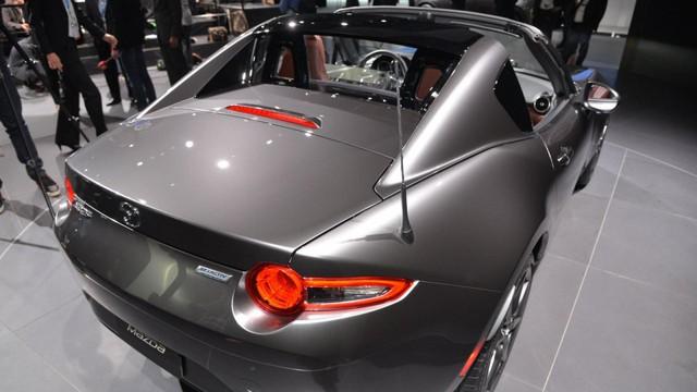 Ngoài hệ thống mui đóng/mở chỉnh điện, Mazda MX-5 RF còn có màu sơn ghi xám 3 lớp mới mang tên Machine Grey. Đây là màu sơn cao cấp được phát triển dành riêng cho Mazda MX-5 RF.