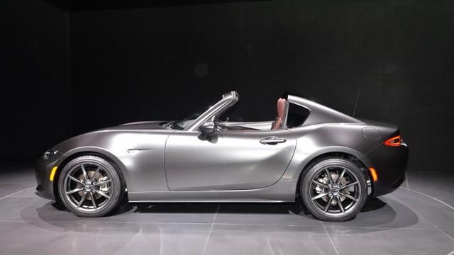 Với Mazda MX-5 thế hệ mới tiêu chuẩn, người lái phải đóng/mở mui nỉ bằng tay. Trong khi đó, Mazda MX-5 RF mới cho phép người lái đóng/mở mui bằng cách bấm nút.