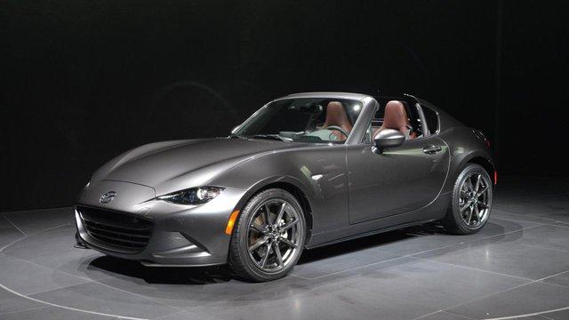 Trong triển lãm New York 2016 diễn ra vừa qua, hãng Mazda đã chính thức trình làng phiên bản mới của dòng xe mui trần bán chạy nhất thế giới mang tên MX-5 Retractable Fastback (RF).