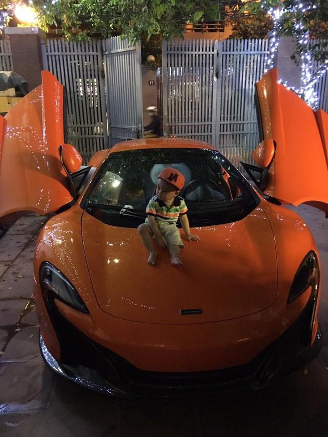 Con trai của thiếu gia Hà thành và siêu mẫu Ngọc Thạch ngồi trên nắp capô chiếc siêu xe trong sân nhà. Ảnh: FBNV