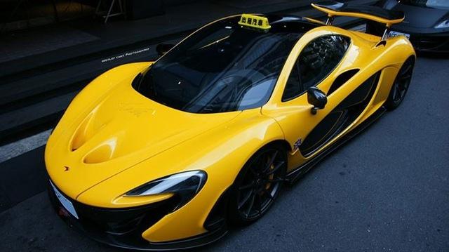 Chiếc McLaren P1 màu vàng gắn mào taxi tại Đài Loan.