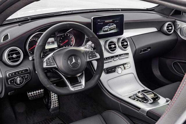 Bên cạnh đó là những phụ kiện bằng nhôm, dây đai an toàn màu đỏ và cụm đồng hồ khác biệt so với Mercedes-Benz C-Class Coupe tiêu chuẩn.