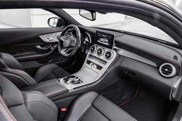 Không gian nội thất của Mercedes-AMG C43 Coupe không quá khác biệt so với phiên bản tiêu chuẩn. Hãng Mercedes-Benz chỉ đưa vô lăng đáy phẳng và ghế thể thao bọc bằng MB-Tex/Dinamica với chỉ khâu màu đỏ đối lập vào trong Mercedes-AMG C43 Coupe.
