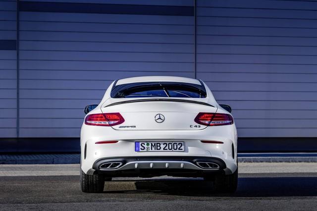 Các kỹ sư của hãng Mercedes-Benz đã cài đặt hệ thống lái thể thao nhạy cảm với tốc độ và phanh hiệu suất cao, bao gồm đĩa phanh bằng hợp chất khoan lỗ thông khí có đường kính 14,2 inch trước và 12,6 sau cho Mercedes-AMG C43 Coupe. Cuối cùng là hệ thống treo thể thao AMG Ride Control.