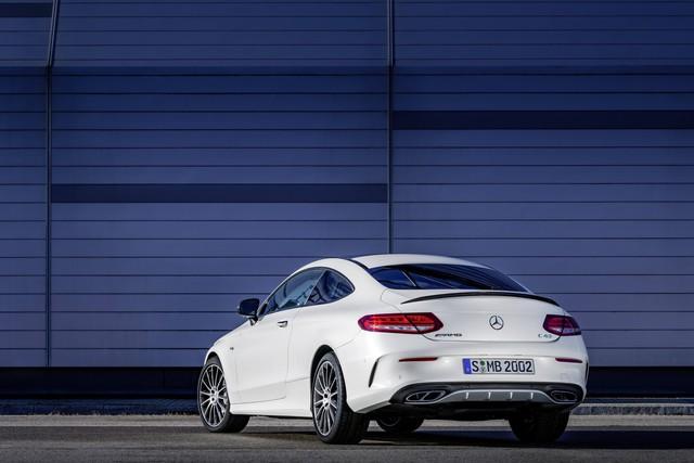 Trái tim của Mercedes-AMG C43 Coupe là khối động cơ V6 Biturbo, dung ích 3.0 lít, sản sinh công suất tối đa 362 mã lực và mô-men xoắn cực đại 384 lb-ft. Sức mạnh được truyền tới cả 4 bánh thông qua hộp số tự động 9 cấp. Nhờ đó, Mercedes-AMG C43 Coupe có thể tăng tốc từ 0-96 km/h trong 4,6 giây và đạt vận tốc tối đa giới hạn ở mức 250 km/h.