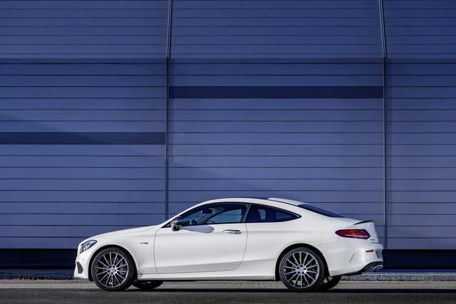 Ngoài ra, Mercedes-AMG C43 Coupe còn đi kèm vỏ gương ngoại thất màu đen, các điểm nhấn màu bạc mờ và hệ thống xả thể thao. Những thay đổi khác so với phiên bản tiêu chuẩn bao gồm cánh gió trên nắp cốp sau, bộ khuếch tán và vành hợp kim nhẹ 18 inch.