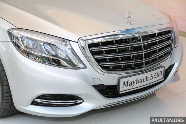 Những chi tiết riêng biệt khác của Mercedes-Maybach S500 bao gồm lưới tản nhiệt với thanh crôm đôi vốn trước đây chỉ dành cho Mercedes-Benz S600 và S65 AMG dùng động cơ V12.