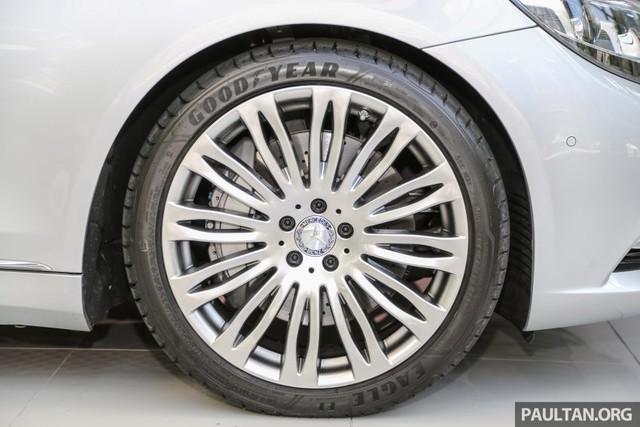 Bên sườn xe còn xuất hiện bộ vành hợp kim đa chấu 20 inch, tương tự loại dùng cho Mercedes-Benz S400h.