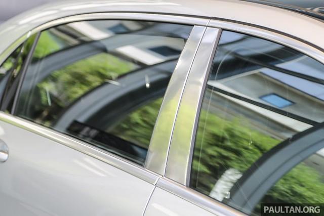 Trụ B mạ crôm toàn phần, tương tự những chi tiết trên cản va trước/sau và ống xả cũng là điểm nhấn của Mercedes-Maybach S500.