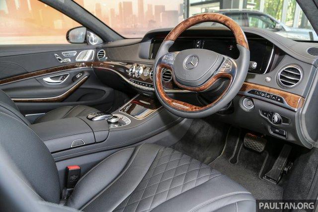 Bên trong Mercedes-Maybach S500 có những tính năng giống với Mercedes-Benz S400h như vô lăng ốp gỗ một phần, hệ thống Air Balance, ghế sưởi ấm và thoáng khí...