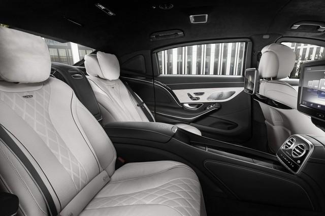 Mercedes-Maybach S600 Guard hiện đã được bày bán tại thị trường Đức với giá 470.000 Euro, tương đương 11,6 tỷ Đồng. Bên cạnh Mercedes-Maybach S600 Guard, hãng Mercedes-Benz còn có các mẫu xe chống đạn khác như G500 Guard, GLE 350 d 4MATIC Guard, GLE 500 4MATIC Guard, S500 Guard, và S600 Guard.