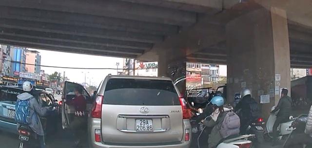 Người lái xe Lexus ra khỏi xe. Ảnh cắt từ video