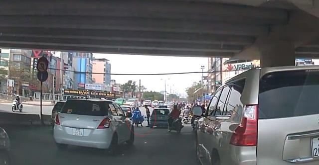 Hai bên đứng cãi nhau giữa đường. Ảnh cắt từ video