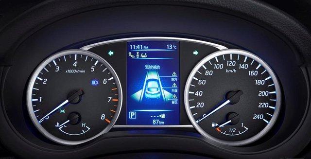 Cụm đồng hồ giống với Nissan Pulsar tại châu Âu.