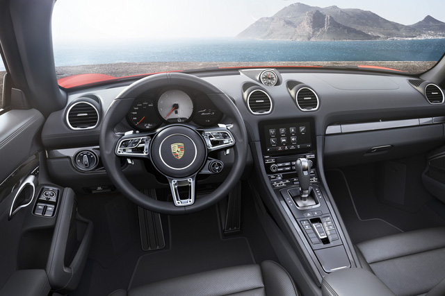 Không gian nội thất của Porsche 718 Boxster cũng không khác nhiều so với trước. Hãng Porsche chỉ bổ sung bảng táp-lô mới với khe gió hình tròn, vô lăng khác biệt và hệ thống quản lý liên lạc nâng cấp cho 718 Boxster.
