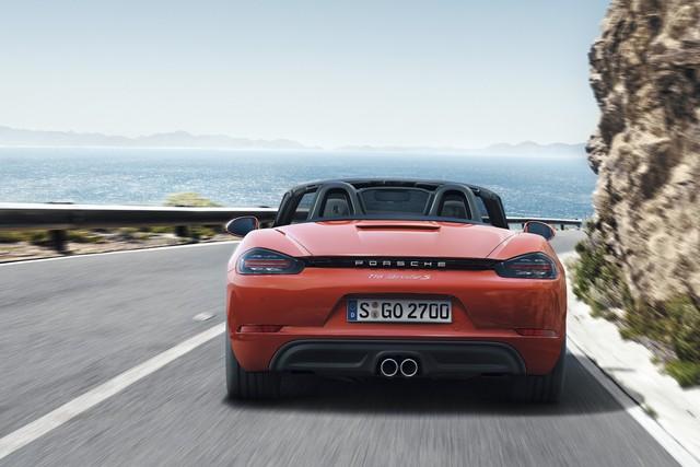 Porsche 718 Boxster bản tiêu chuẩn được trang bị động cơ 4 xy-lanh phẳng, tăng áp, dung tích 2.0 lít, sản sinh công suất tối đa 300 mã lực và mô-men xoắn cực đại 280 lb-ft. So với động cơ 6 xy-lanh phẳng, dung tích 2,7 lít trên phiên bản cũ, máy xăng này có vẻ nhỏ bé hơn. Tuy nhiên, trên thực tế, động cơ 4 xy-lanh mới tạo ra công suất tối đa lớn hơn 35 mã lực và mô-men xoắn cực đại tăng 74 lb-ft.