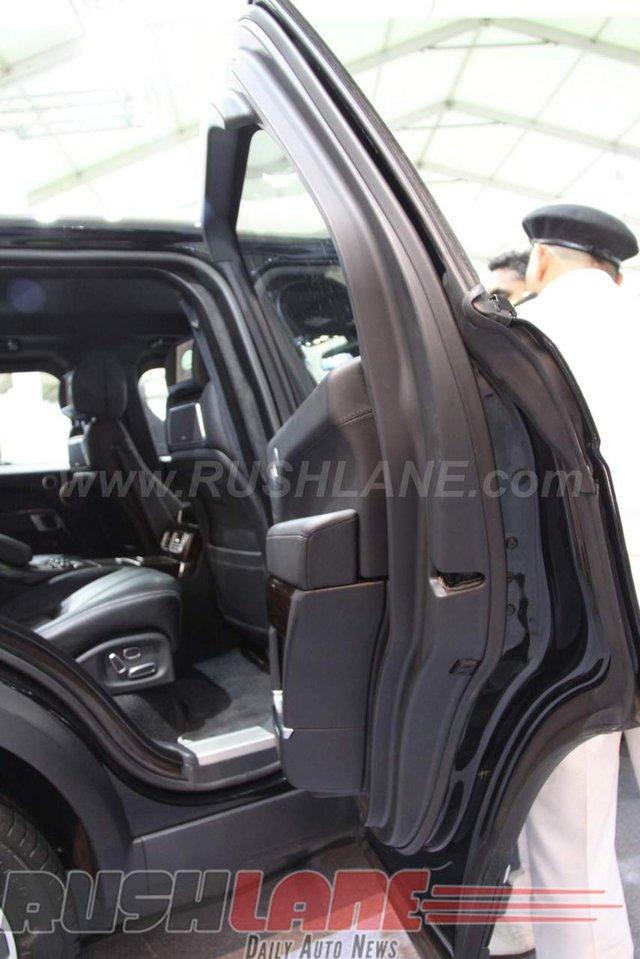 Bí quyết của Range Rover Sentinel nằm ở khoang hành khách chống đạn 6 mảnh được phát triển đặc biệt từ thép cường độ siêu cao. Kính cửa sổ tiêu chuẩn đã được thay bằng loại kính bảo mật chống đạn nhiều lớp.
