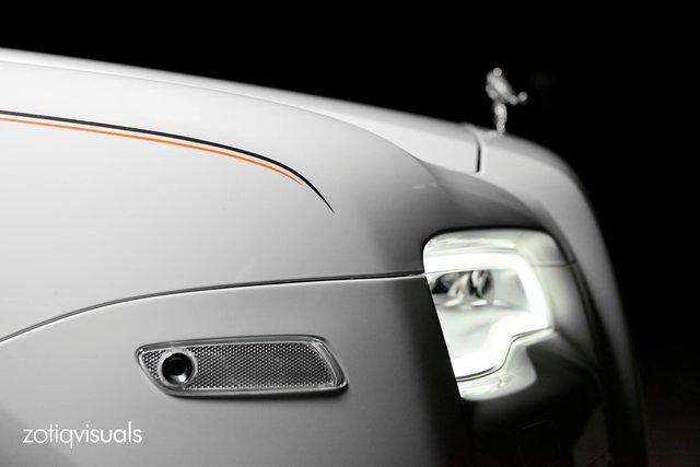 Chiếc Rolls-Royce Ghost EWB KoChaMongKol được sơn màu trắng ngọc trai tuyệt đẹp, ngay cả khi chụp ảnh trong đêm tối.