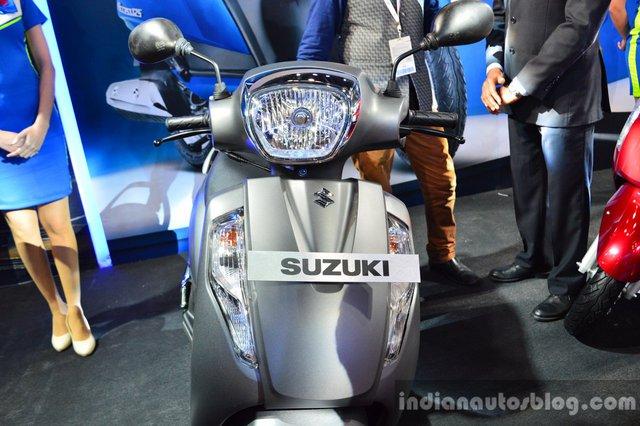 Xe được trang bị đèn pha thiết kế mới...