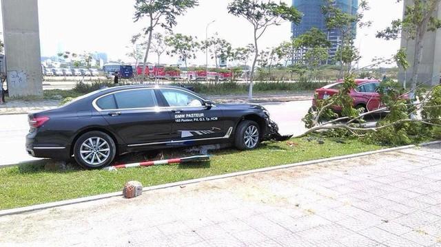 Chiếc BMW 730Li thế hệ mới tại hiện trường vụ tai nạn.