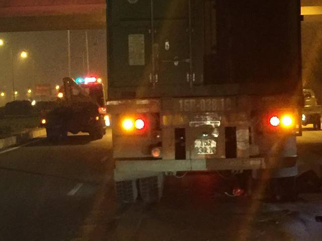 Người phụ nữ bị kẹt dưới bánh xe container và tử vong tại chỗ.