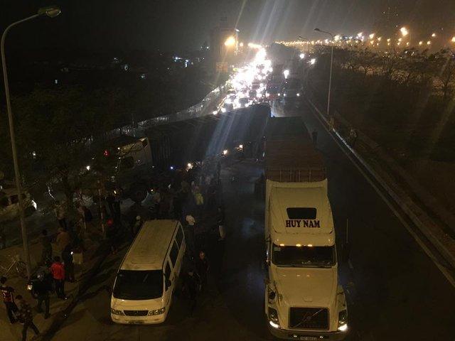 Vụ tai nạn khiến đại lộ Thăng Long ùn tắc hơn 1 km.