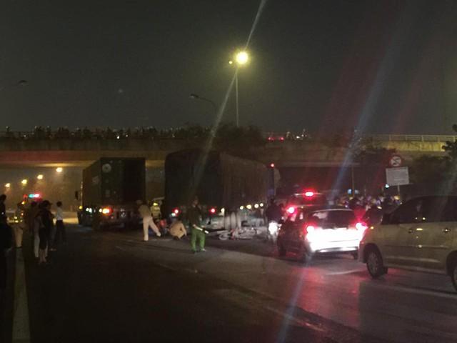 Tài xế và phụ lái của hai chiếc ô tô tải đã bỏ lại xe tại hiện trường.
