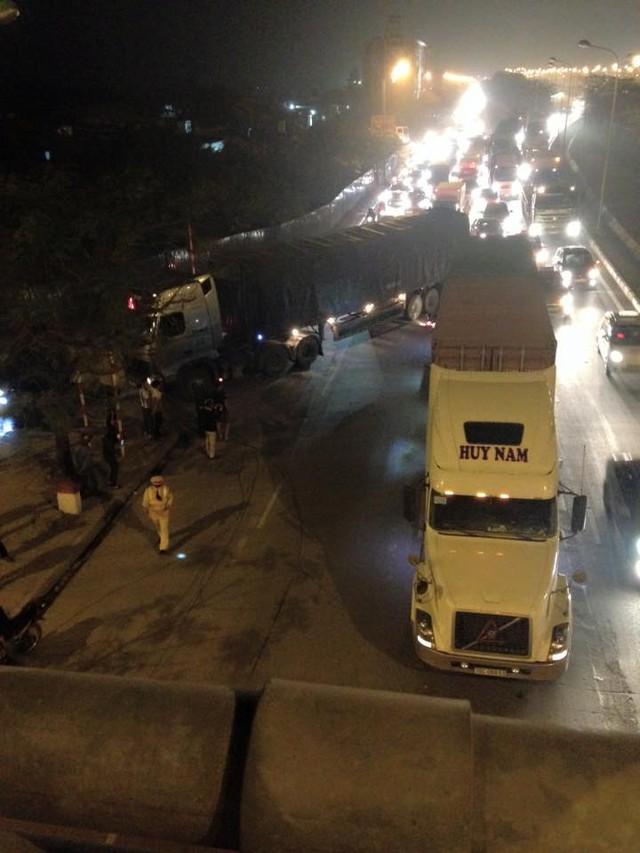 Chiếc ô tô tải và xe container gây tai nạn.