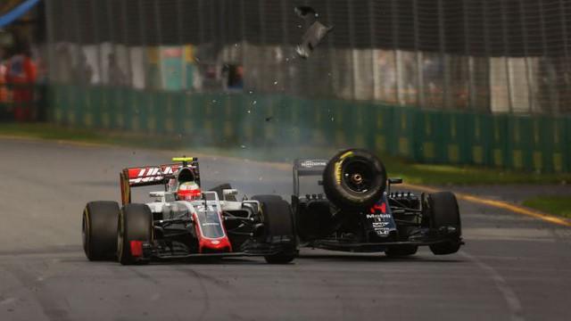 Chiếc xe đua của Alonso bị long một bánh...