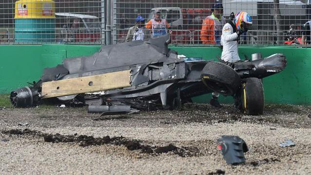 Alonso cố gắng chui ra khỏi xe thật nhanh để mẹ không lo lắng.