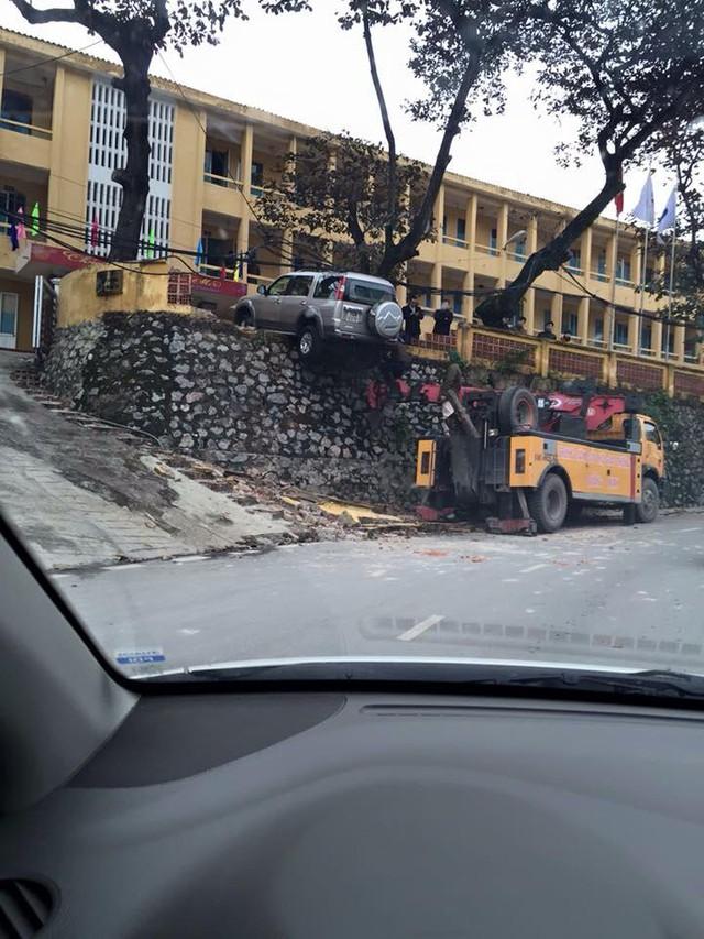 Xe cứu hộ để đưa chiếc Ford Everest xuống khỏi bờ tường. Ảnh: Otofun