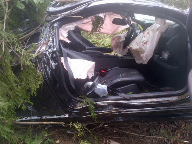 Chiếc Mercedes-AMG C63 Coupe biến dạng hoàn toàn sau vụ tai nạn tốc độ cao.