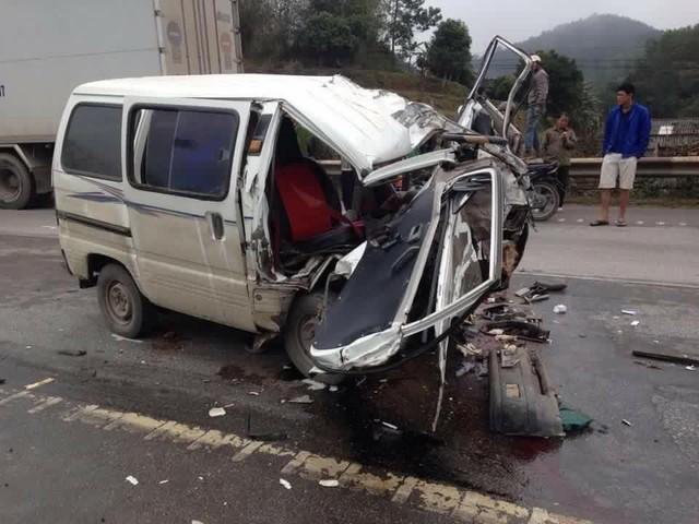 Chiếc Suzuki nát bét đầu tại hiện trường vụ tai nạn.
