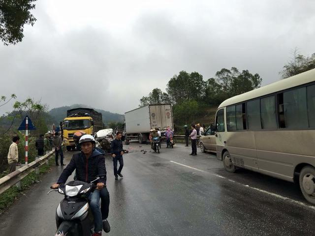 Vụ tai nạn khiến giao thông bị ùn tắc.
