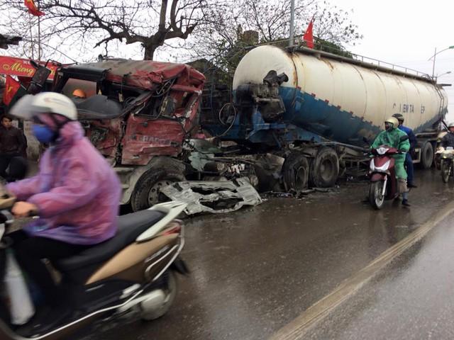 Chiếc xe bồn chơ xi măng tại hiện trường vụ tai nạn. Ảnh: Otofun