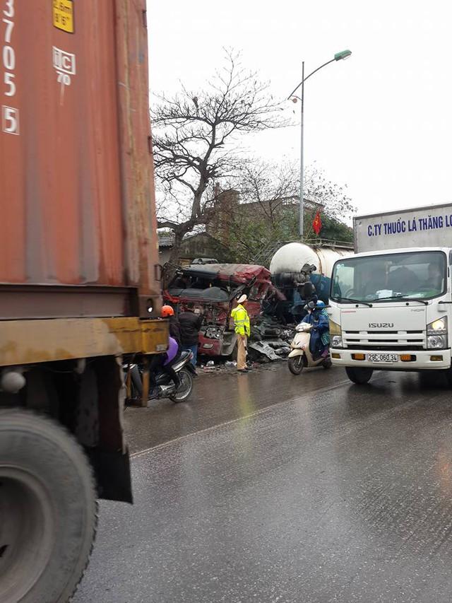 Một cảnh sát giao thông đứng phân luồng tại hiện trường vụ tai nạn vào sáng nay. Ảnh: Otofun