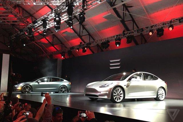 Trên sân khấu tại California, ông Musk khẳng định Tesla Model 3 sẽ đạt điểm số 5 sao trong mọi bải kiểm tra pin của Cơ quan An toàn Giao thông Đường bộ Mỹ (NHTSA). Chưa hết, bất kỳ bản trang bị nào của Tesla Model S cũng đi kèm hệ thống tự lái Autopilot và các tính năng an toàn tiêu chuẩn.
