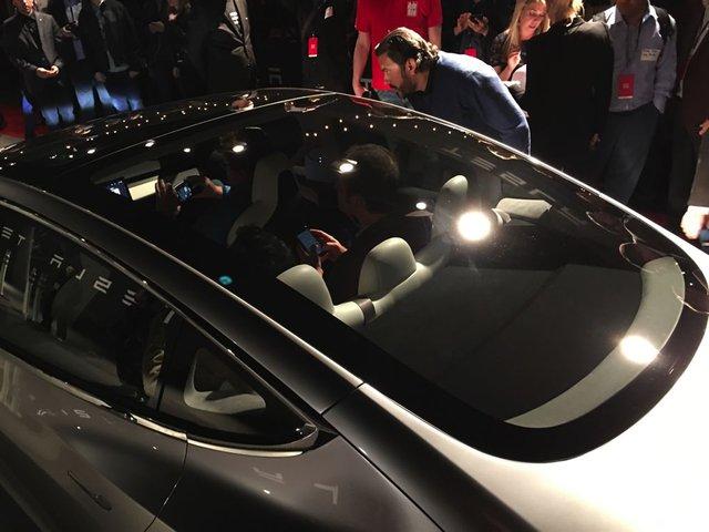 Ông Musk cho biết, Tesla Model 3 có đủ chỗ cho 5 người trưởng thành ngồi thoải mái. Thậm chí, người dùng có thể mang theo ván lướt sóng dài 2,1 mét bên trong Tesla Model 3.