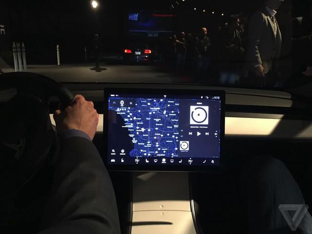 Cũng theo ông Musk, không gian nội thất của Tesla Model 3 sẽ rộng rãi và tiện nghi hơn cả những mẫu xe sử dụng động cơ đốt trong cùng kích thước. Nguyên nhân là do cụm pin được đặt bên dưới sàn xe nên các kỹ sư của hãng Tesla có thể đẩy hàng ghế đầu lên phía trước và thu gọn bảng táp-lô, từ đó nới rộng khoang hành khách phía sau.