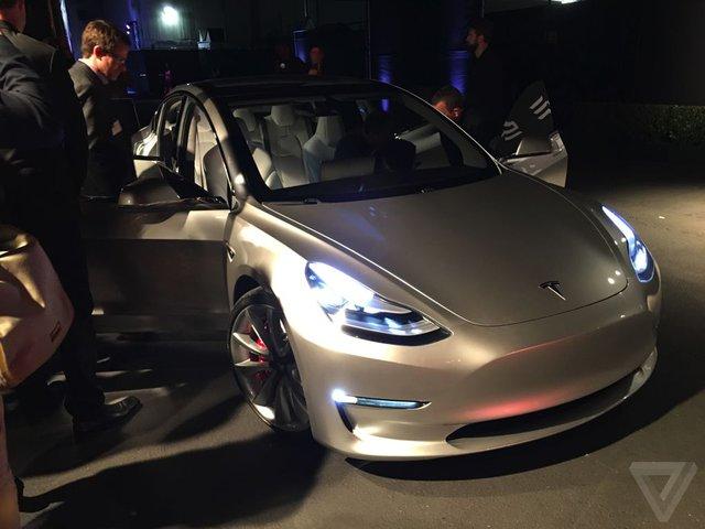Không dừng ở đó, hãng Tesla còn cải tiến mạng lưới sạc điện Supercharging để hỗ trợ Model 3. Toàn bộ các bản trang bị của Tesla Model 3 đều có thể sạc điện tại các trạm Supercharging. Tesla đặt mục tiêu tăng số lượng trạm sạc Supercharging lên 7.200 trên toàn cầu vào cuối năm 2017.