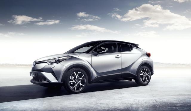 Thứ hai là hệ dẫn động hybrid lấy từ người anh em Toyota Prius thế hệ mới thay vì sử dụng máy dầu như truyền thống bấy lâu nay tại thị trường châu Âu. Hệ dẫn động này bao gồm máy xăng 1,8 lít và mô-tơ điện để tạo ra công suất tối đa 120 mã lực đồng thời chỉ tiêu thụ lượng nhiên liệu 3,7 lít/100 km.